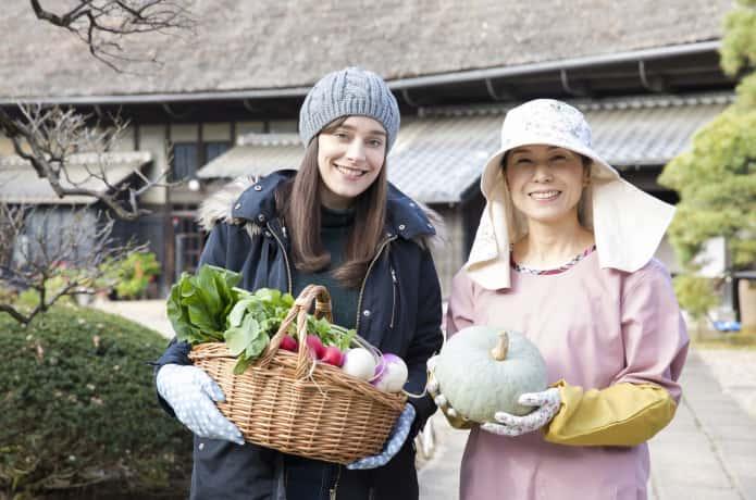 外国人と農家の女性