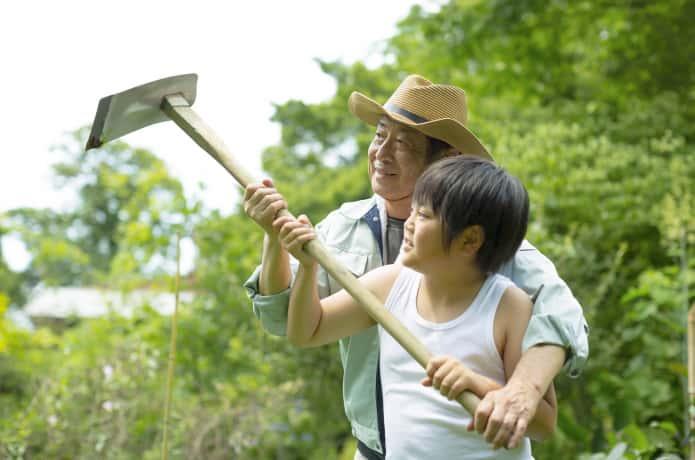 鍬を持つ男性と子供