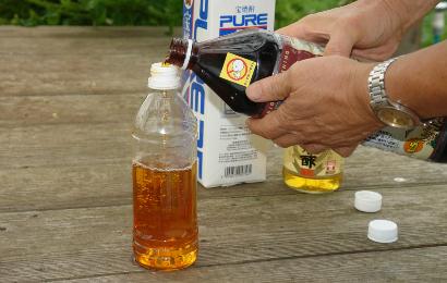 木酢液をペットボトルに入れる