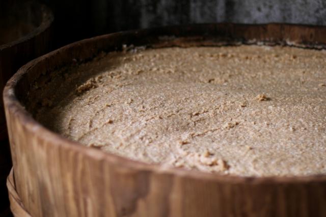 樽の中で発酵する味噌