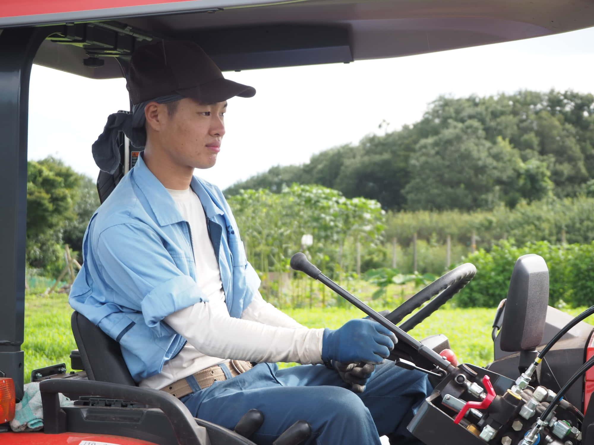 トラクターにのる赤塚さん