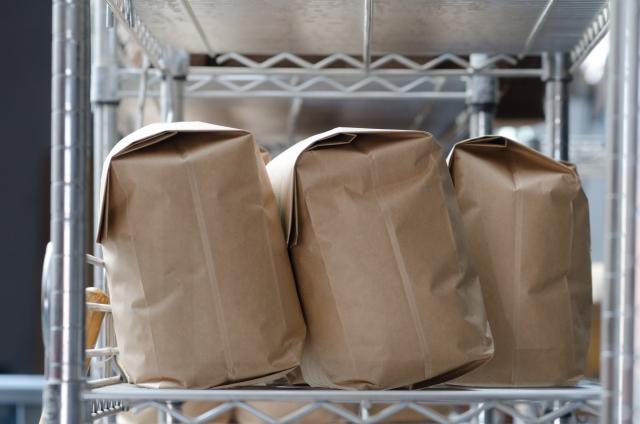 棚に並んだぼかし肥料を入れた紙袋