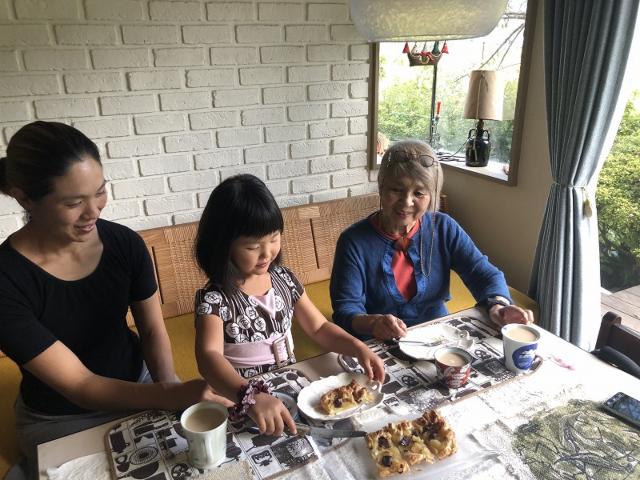 食事をする女性と女の子