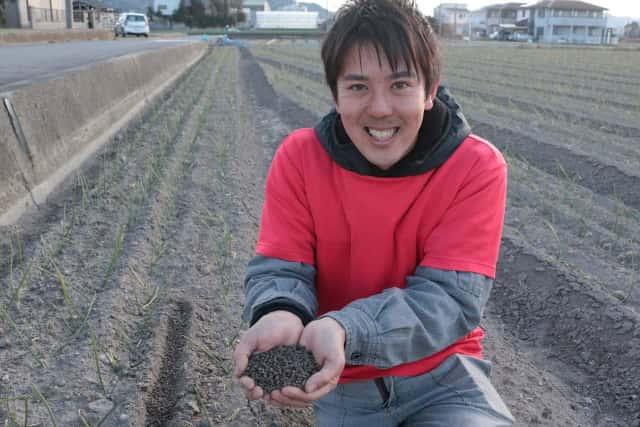 土を手にする迫田さん