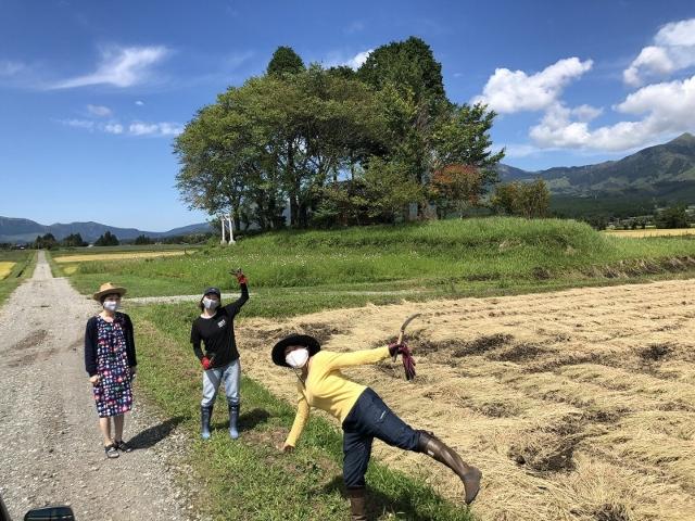マスク姿の農作業をする人と見学者