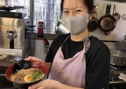 ラーメンを作るマスクをした女性
