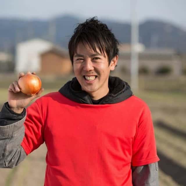 タマネギを持つ迫田さん
