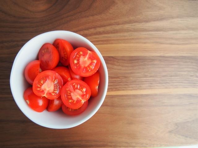 お皿に入ったミニトマト