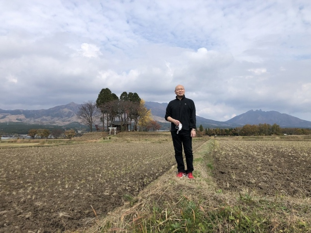 田んぼに立つ平山惠介さん