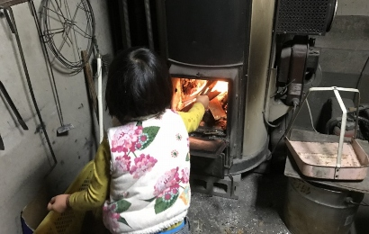 薪をくべる少女