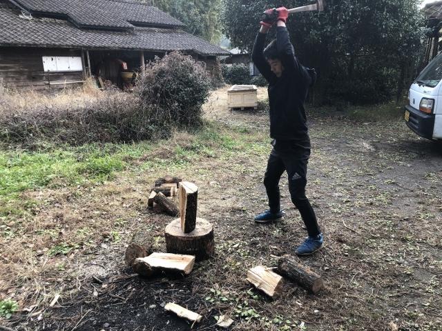 薪を割る男の子
